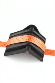 Ochranný roh XXL plastový v rozmeroch 160 x 200 mm. Vhodný pre upínacie pásy (gurtne), zdvíhacie pásy oko-oko alebo kruhové slučky do šírky cca 80 mm. Vhodný ako ochrana pred prerezaním gurtne alebo zdvíhacieho pásu, slučky.